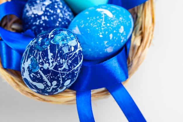 Huevos de pascua azules aislados en blanco.