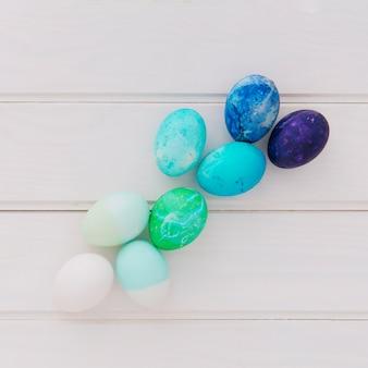Huevos de pascua brillantes a bordo
