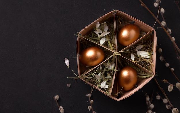 Huevos de pascua en una caja
