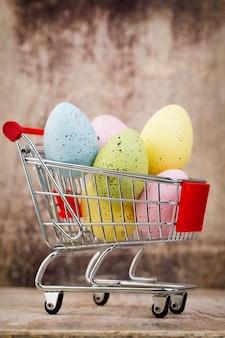 Huevos de pascua en el carro. tarjeta de descuento de primavera.