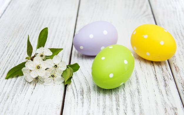 Los huevos de pascua y las cerezas florecen