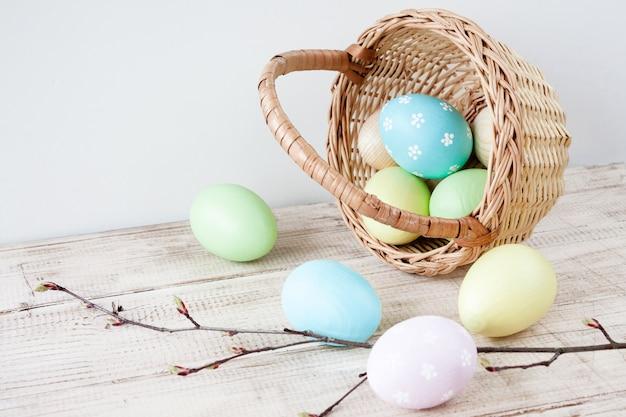 Huevos de pascua en cesta en madera