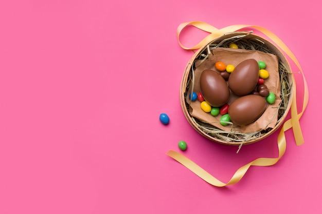 Huevos de pascua de chocolate y dulces
