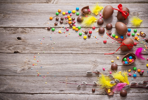 Huevos de pascua de chocolate sobre mesa de madera