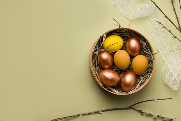 Huevos de pascua de cobre y amarillo.