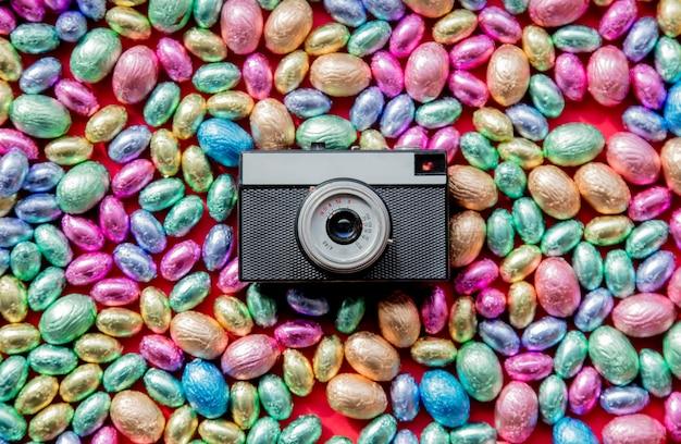Huevos de pascua color chocolate y cámara fotográfica vintage.