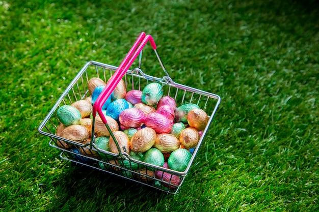 Huevos de pascua color chocolate en una cesta de supermercado.