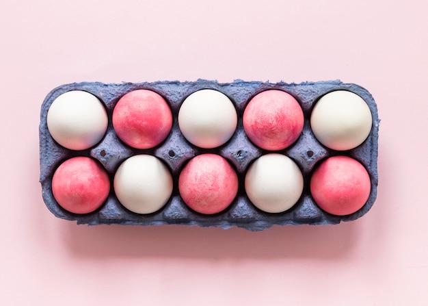 Huevos de pascua de color rosa y blanco