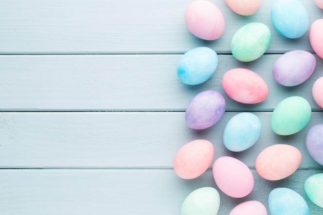 Huevos de pascua en colores pastel. tarjeta de primavera greating.
