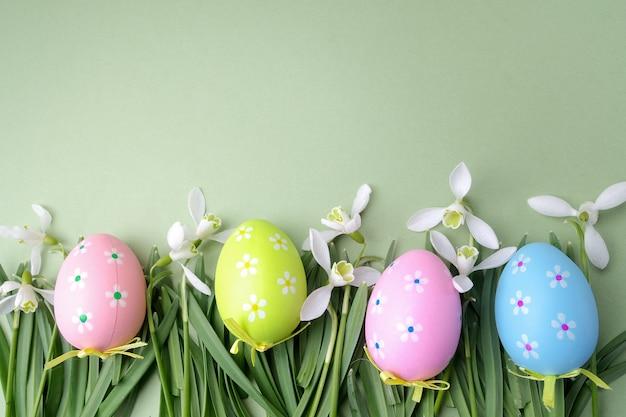 Huevos de pascua de colores en la vista superior del concepto de hierba