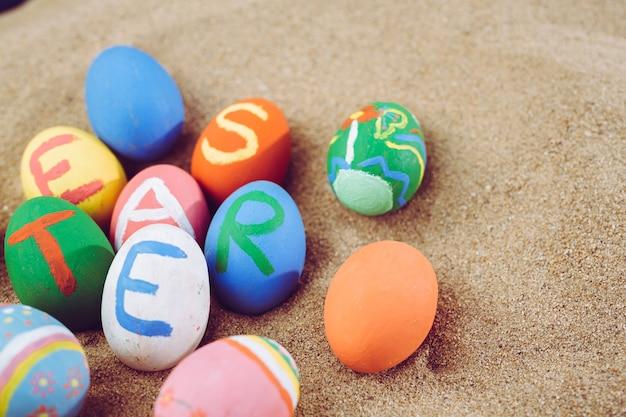 Huevos de pascua coloridos, festival de pascua.