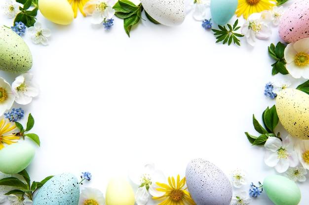 Huevos de pascua coloridos con flores de primavera