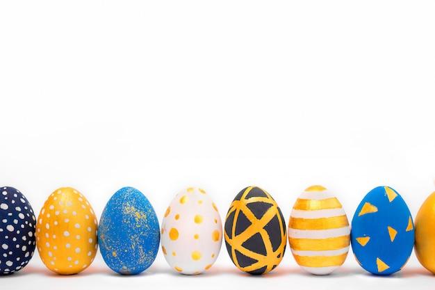 Huevos de pascua dorados y azules