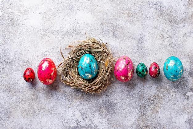 Huevos de pascua con efecto piedra o mármol.