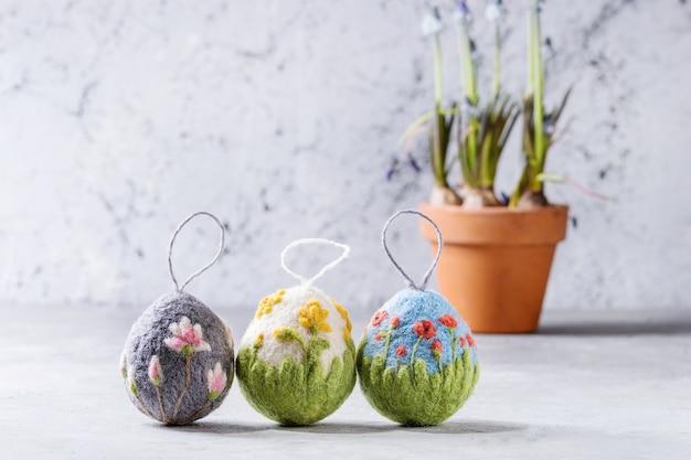 Huevos de pascua de fieltro artesanal