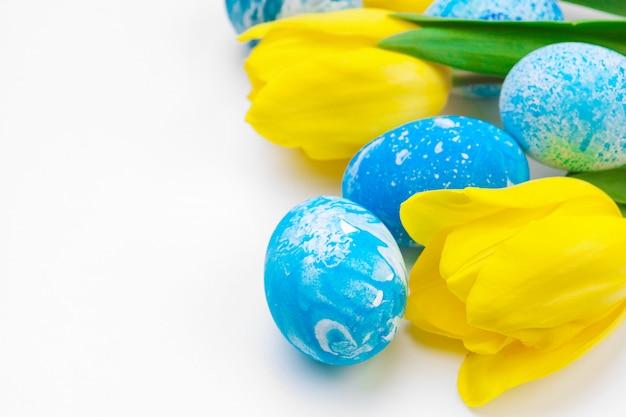 Huevos de pascua con flores de tulipanes