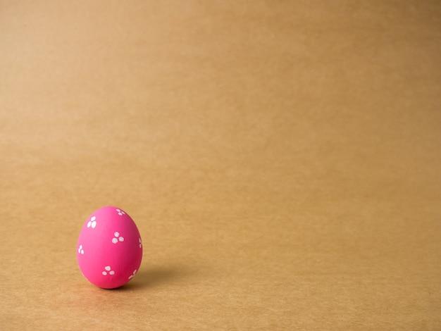 Huevos de pascua en el fondo marrón.