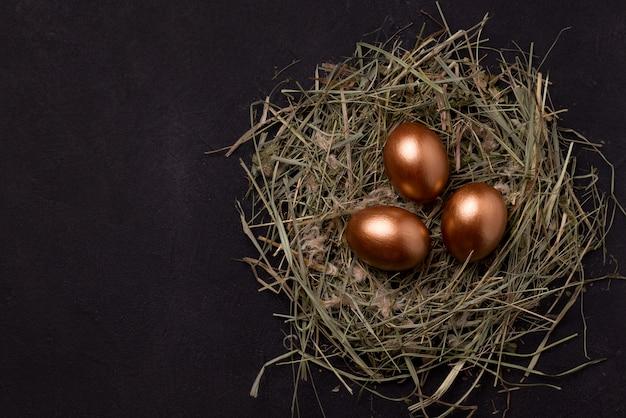 Huevos de pascua en un fondo negro