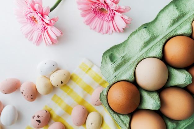 Huevos de pascua y gerbera rosa primavera flatlay