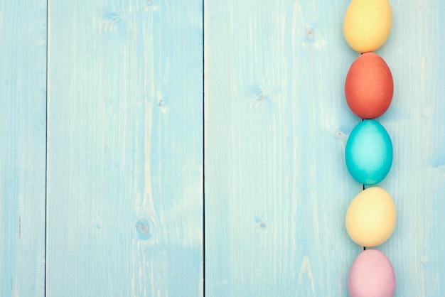 Huevos de pascua multicolores en una fila