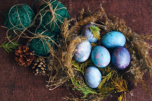 Huevos de pascua en el nido