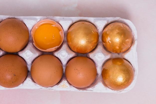 Huevos de pascua de oro en estante