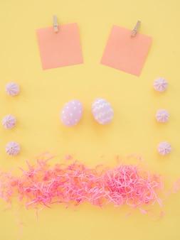 Huevos de pascua con pequeños papeles y dulces en mesa