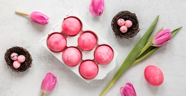Huevos de pascua y pétalos florales.