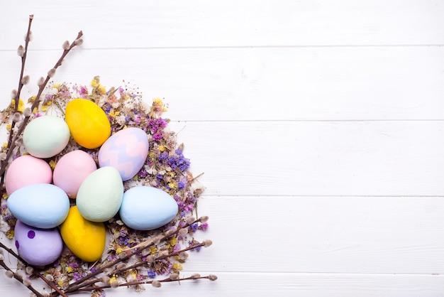 Huevos de pascua pintados en colores.