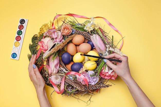 Huevos de pascua pintados en el nido