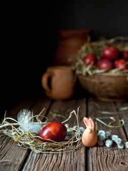 Huevos de pascua pintados y sauces. bodegón en estilo vintage. enfoque selectivo, poca profundidad de campo