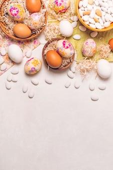 Huevos de pascua en platos y pequeñas piedras en un tazón en servilletas