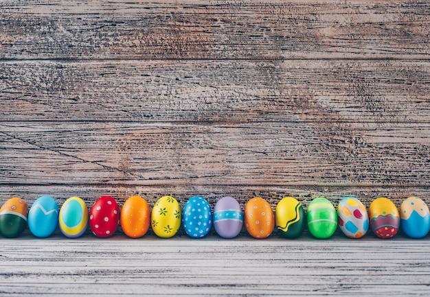 Huevos de pascua sobre fondo de madera claro.