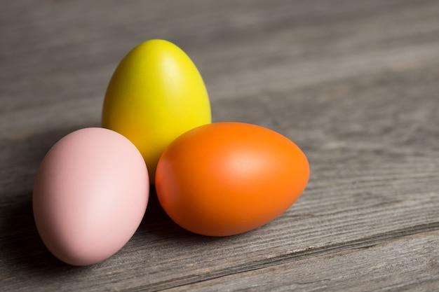 Huevos de pascua sobre fondo de madera