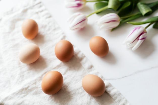 Huevos de pascua y tulipanes flatlay