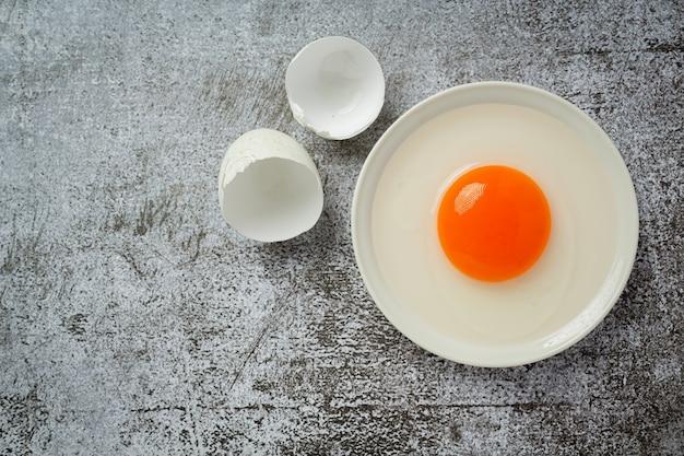 Huevos de pato en superficie oscura