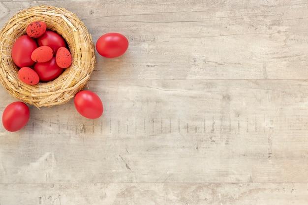 Huevos pintados de rojo para pascua en la canasta
