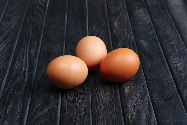 Huevos de pollo marrón de árbol en mesa de madera