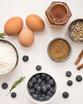 Huevos de postre hermosos y deliciosos e ingredientes de frutas