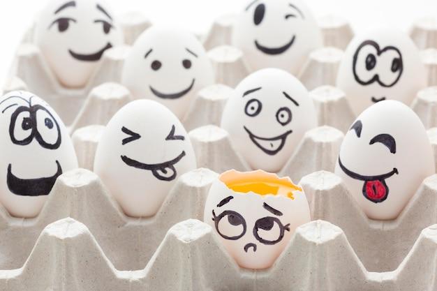 Huevos de primer plano con dibujo emoji