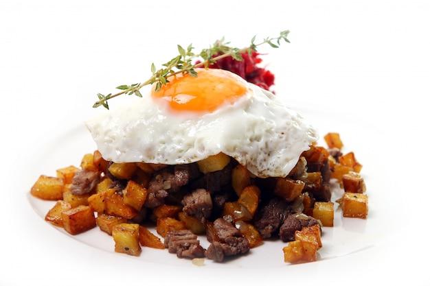 Huevos revueltos y carne picada con remolacha