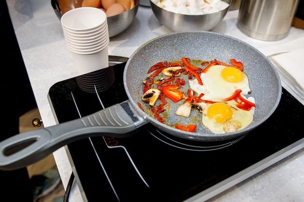 Huevos revueltos y cebollas en sartén