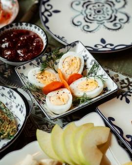 Huevos en rodajas con mermelada de frutas