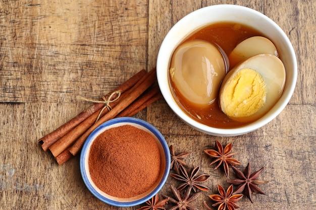 Huevos en salsa marrón