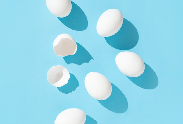 Huevos sobre un fondo celeste
