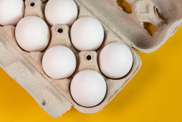 Huevos en la superficie amarilla.