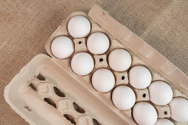 Huevos en la superficie marrón.