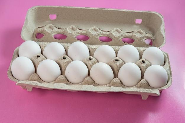 Huevos en la superficie rosa