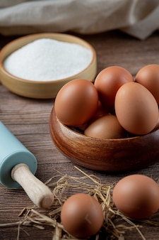 Huevos en tazas sobre arpillera con pasto seco.