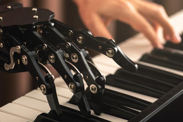 Humano con prótesis de mano neural tocando el piano